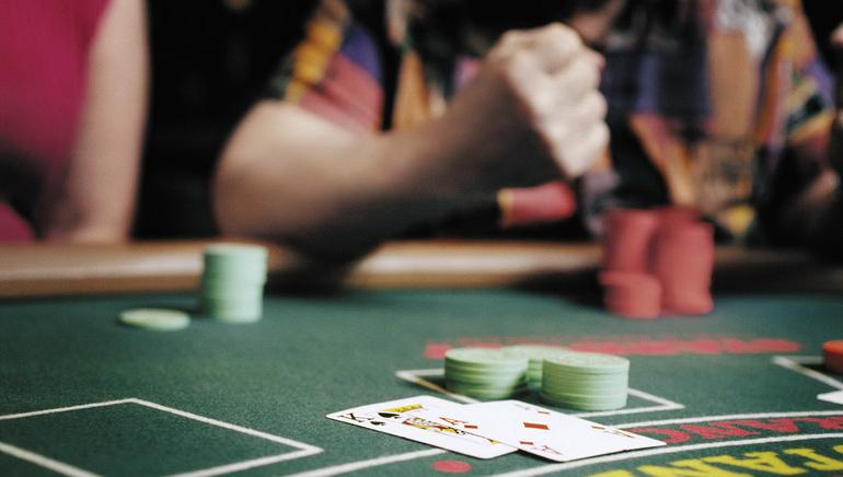 Docenas de mesas con dealer en vivo en el casino Royal Vegas